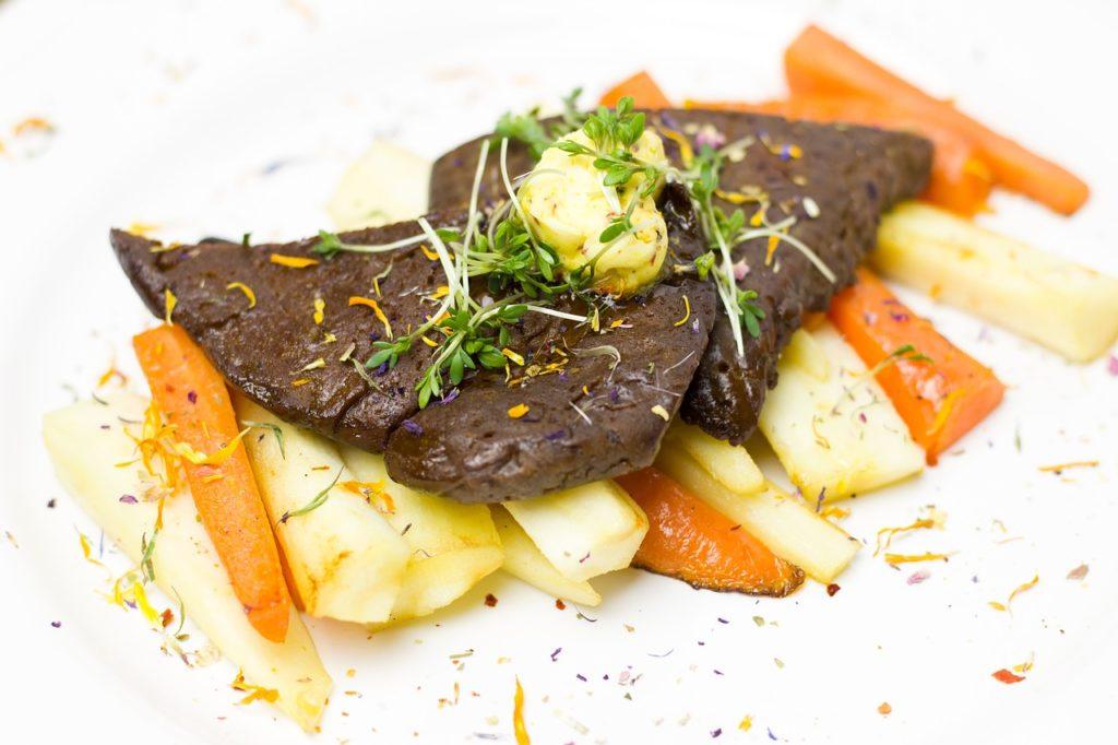 Zubereiteter Seitan auf Gemüse