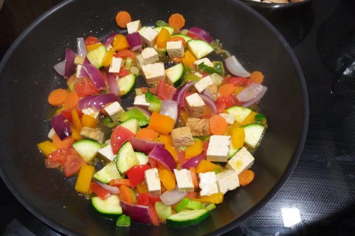 Gemüsepfanne mit frittiertem Tofu