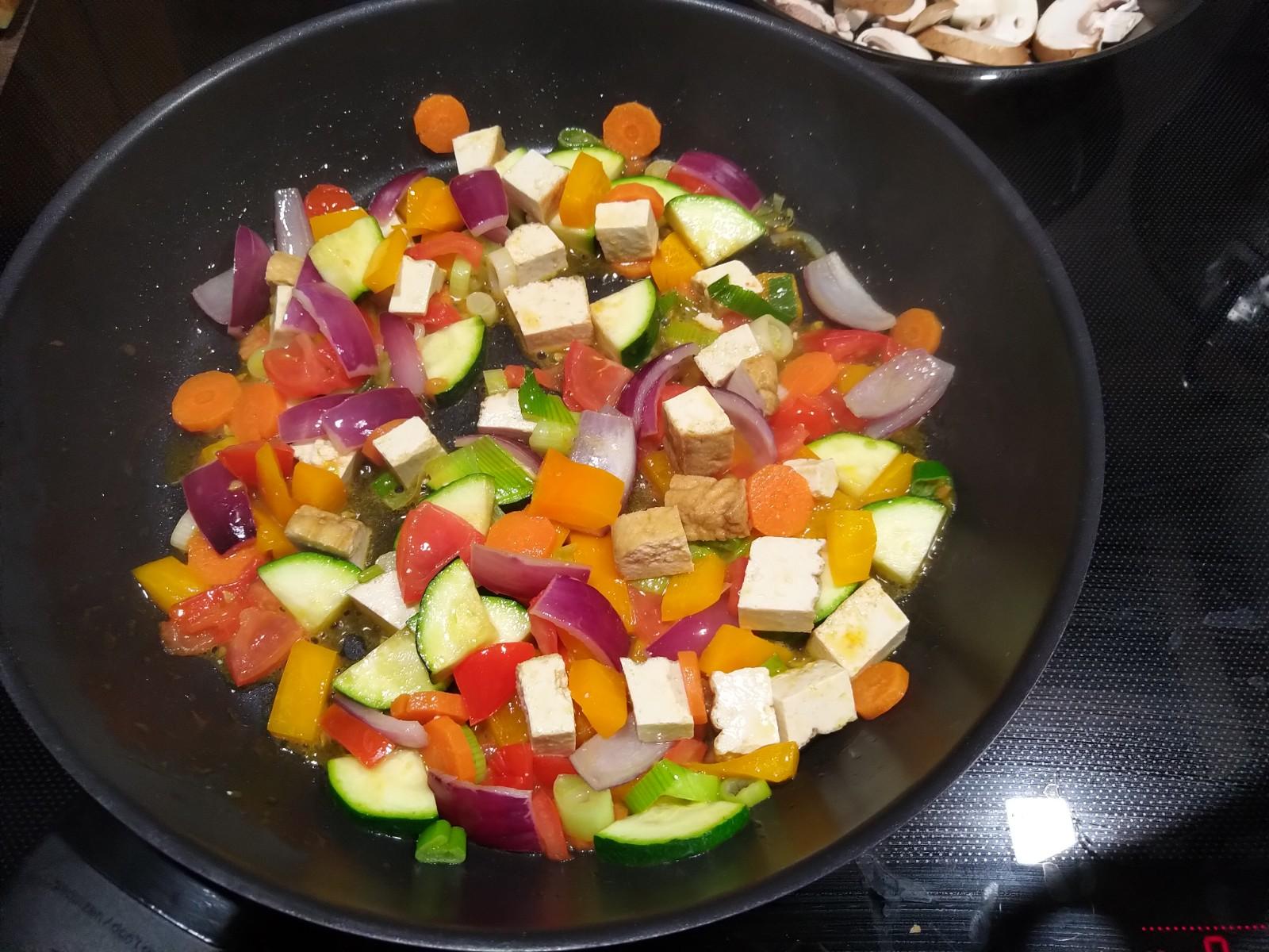 Gemüsepfanne mit frittiertem Tofu 1