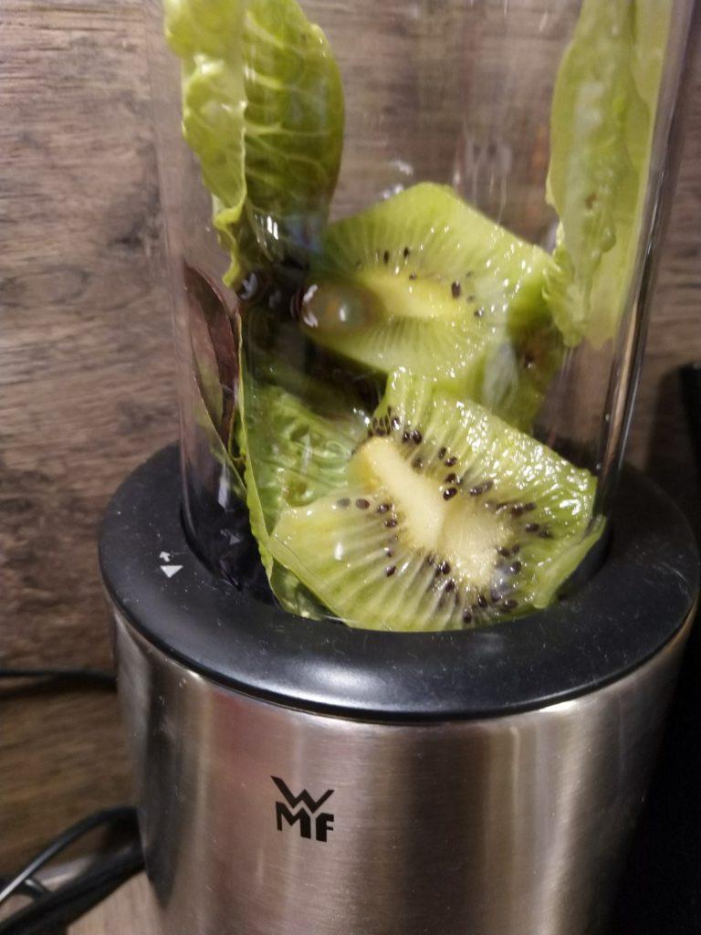 Salatblätter mit Kiwi