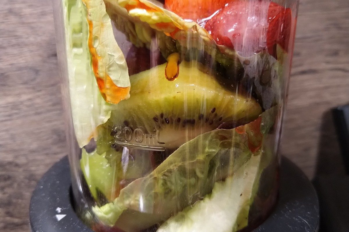 Salatblääter Kiwi und Erdbeeren