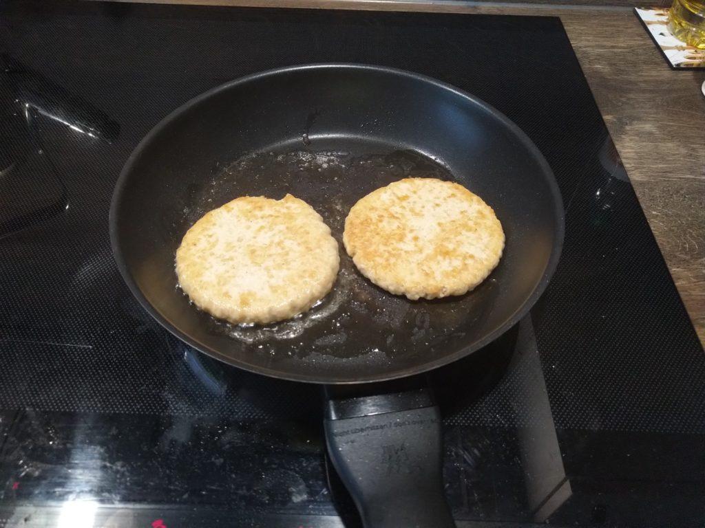 Sieht Chick aus Burger in der Pfanne gebraten