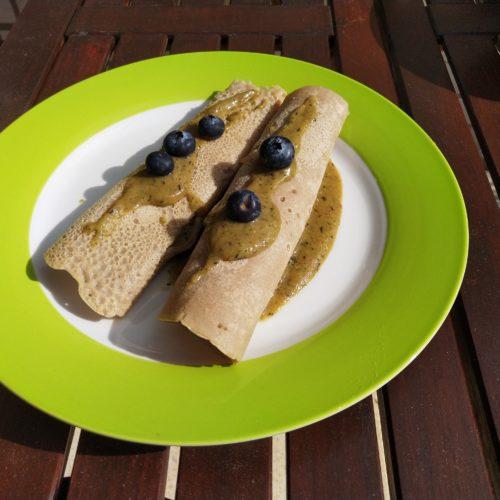 Vegane Buchweizen Pfannkuchen mit Smoothie Füllung