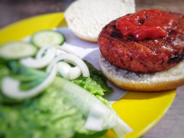 Vemondo Burger fertig mit Salat und Ketchup